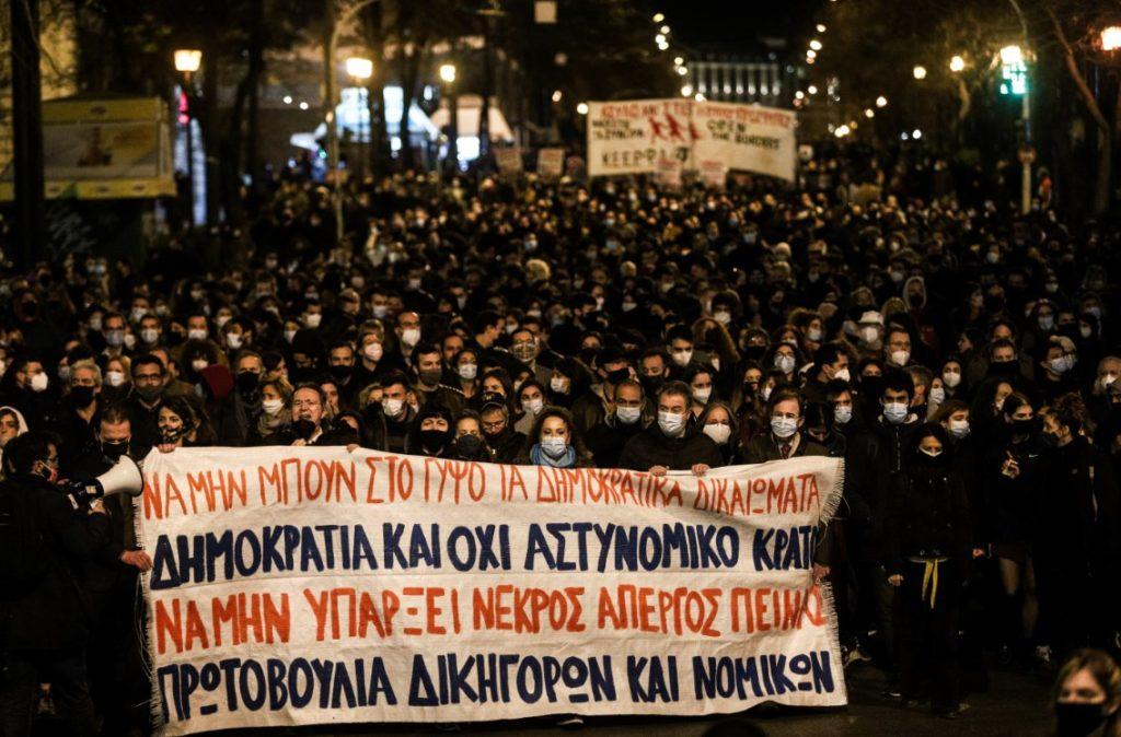 Βροντερό «όχι» στην αστυνομοκρατία και τον αυταρχισμό από χιλιάδες πολίτες στο Σύνταγμα (Photos & Videos)