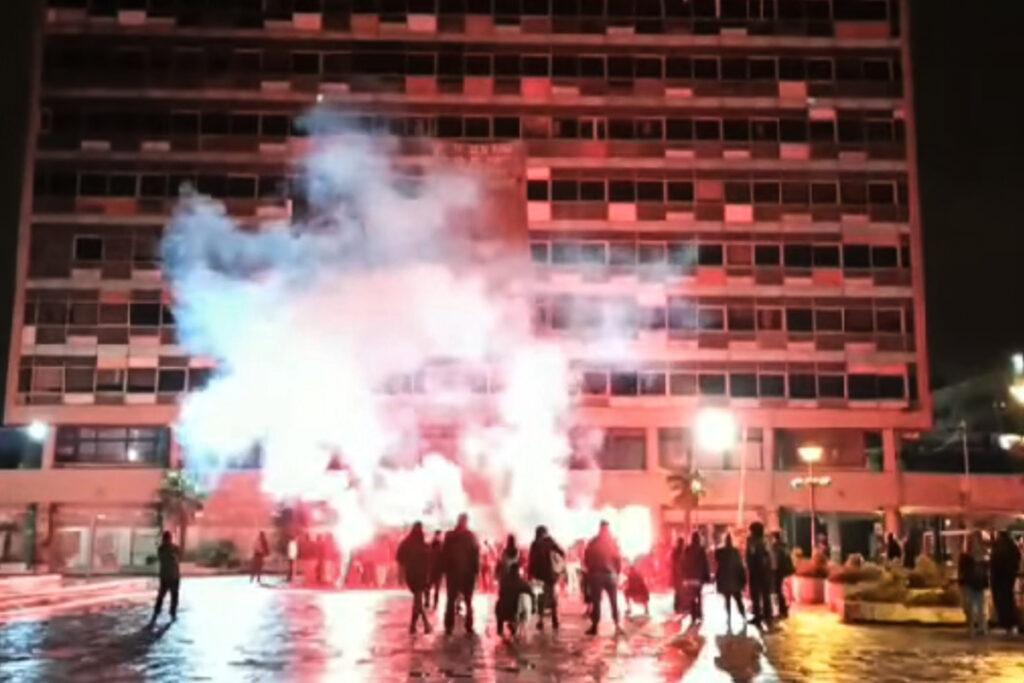 Με πυρσούς και πυροτεχνήματα έληξε η κατάληψη της πρυτανείας του ΑΠΘ (Video)