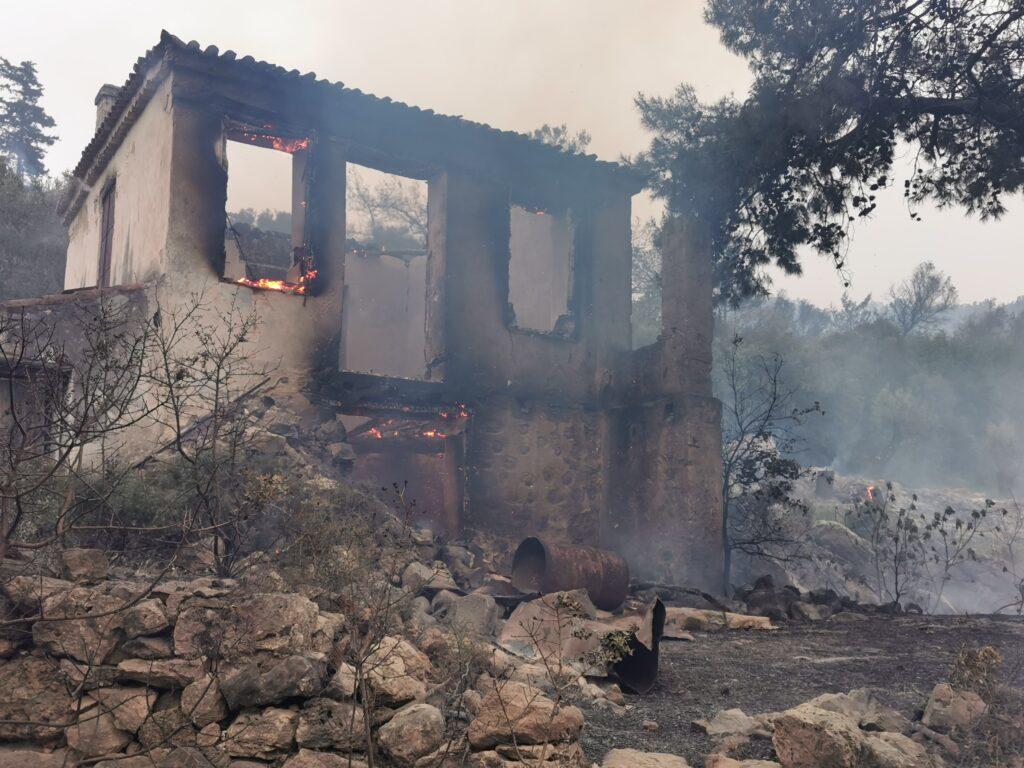 Μεγάλη πυρκαγιά απείλησε σπίτια στη Σάμο