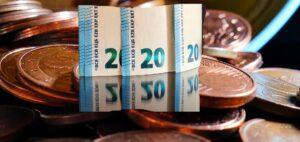 Εβδομάδα πληρωμών: Συντάξεις, επιδόματα και αναδρομικά 2,5 δισ. ευρώ στους δικαιούχους