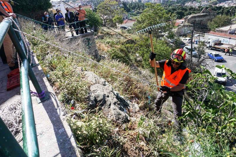 Πυροσβέστες – κασκαντέρ καθάρισαν την Άνω Πόλη Θεσσαλονίκης