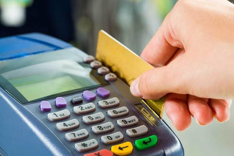 Σχεδόν οι μισές συναλλαγές έγιναν με κάρτες πέρσι