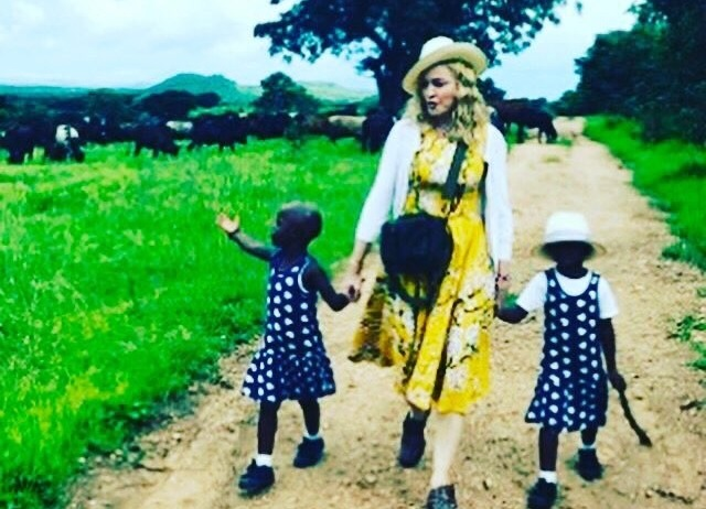 Madonna: Υιοθέτησε δύο ορφανά κοριτσάκια (Photos και Video)