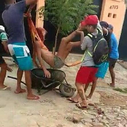Αρρωστημένη επίθεση: Σκότωσαν στο ξύλο τρανσέξουαλ στην Βραζιλία (Video)