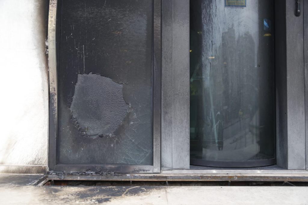 Εμπρηστές «χτύπησαν» με γκαζάκια το Δημαρχείο και τα ΕΛΤΑ Δάφνης