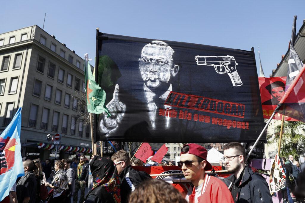 Ελβετία: Εισαγγελική έρευνα για το πανό «Σκοτώστε τον Ερντογάν»