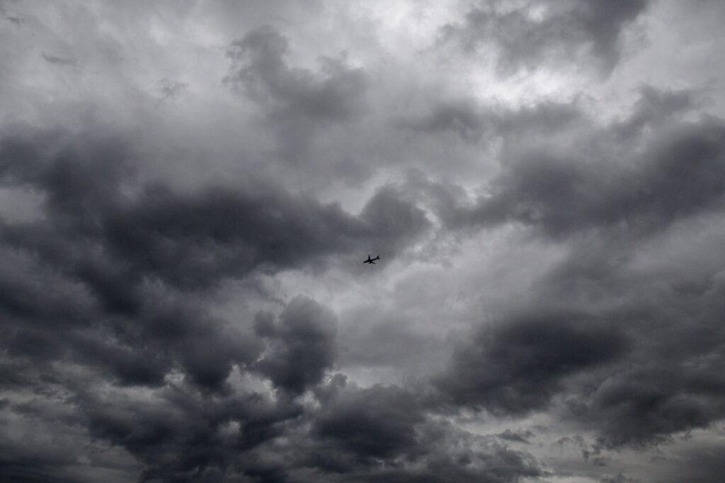 Καιρός: Συνεχίζει βροχερός σήμερα και αύριο – Βελτίωση από αύριο το απόγευμα