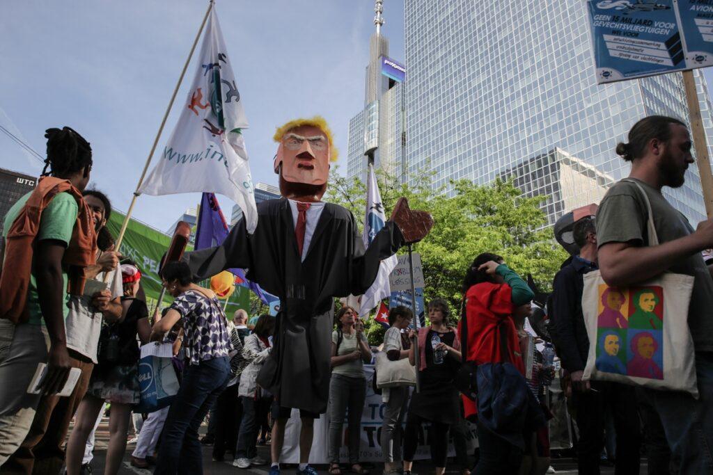 Αντί-Τραμπ διαδηλώσεις στις Βρυξέλλες (Video & Photos)