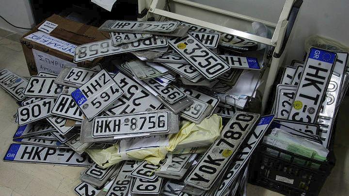 Επιστρέφονται πινακίδες αυτοκινήτων και μοτοσυκλετών από τη Τροχαία και Δήμο Αθηναίων