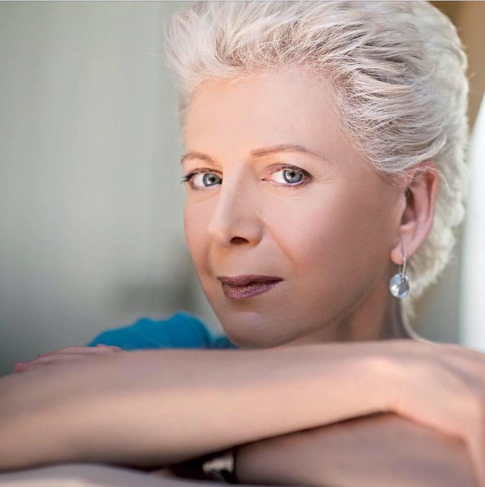 Το σχόλιο της Έλενας Ακρίτα για την ταυτότητα φύλου – Πως «τρολάρει» χρυσαυγίτη βουλευτή