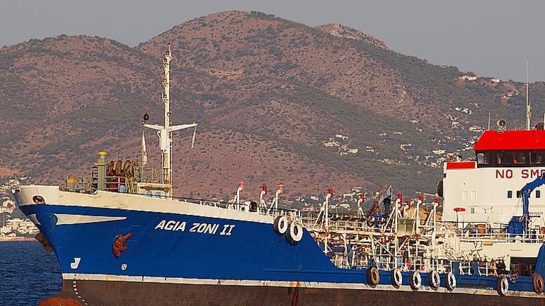 Σαρωνικός: Εντατικές προσπάθειες αντιμετώπισης της ρύπανσης μετά το ναυάγιο του δεξαμενόπλοιου