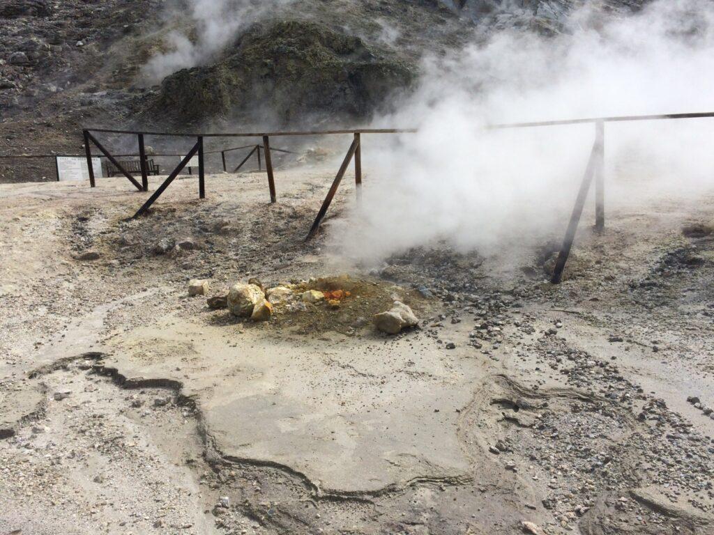 Τραγικό: Ζευγάρι Ιταλών και ανήλικος γιος σκοτώθηκαν πέφτοντας σε κρατήρα ηφαιστείου