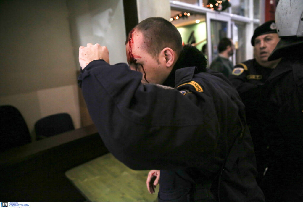 Απίστευτες εικόνες από την εισβολή του ΠΑΜΕ στο Υπ. Εργασίας – Τραυματίστηκε αστυνομικός (Photos)