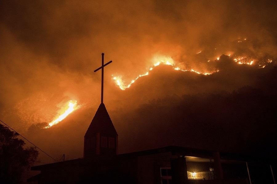 Τεράστια πυρκαγιά στην Καλιφόρνια – Οι φλόγες έφτασαν στο Λος Άντζελες