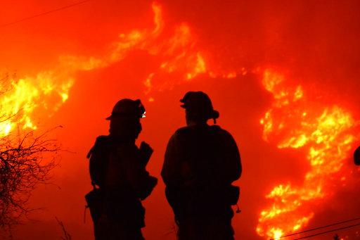 Στις εύπορες παράκτιες πόλεις της Καλιφόρνια κατευθύνονται οι φωτιές