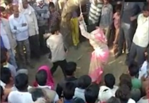 Ινδία: Άντρας-τέρας μαστίγωσε δημόσια 100 φορές τη σύζυγό του! (Σκληρό Video)