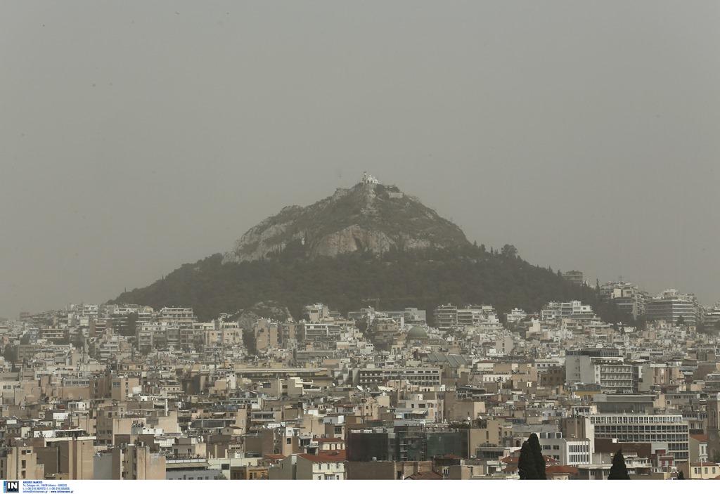 Η αφρικανική σκόνη «καταπίνει» την Αθήνα – «Δεν είναι τοξικό το νέφος» (Photos)