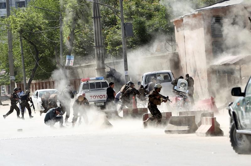 Διπλή επίθεση αυτοκτονίας στη Καμπούλ: 21 νεκροί ανάμεσά τους και 4 δημοσιογράφοι (Photos)