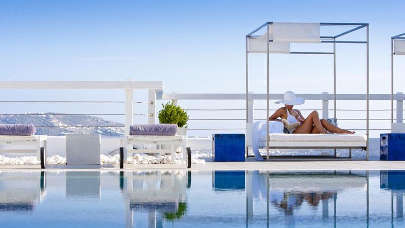 Βουτιές στην μαγευτική πισίνα του Grace Mykonos