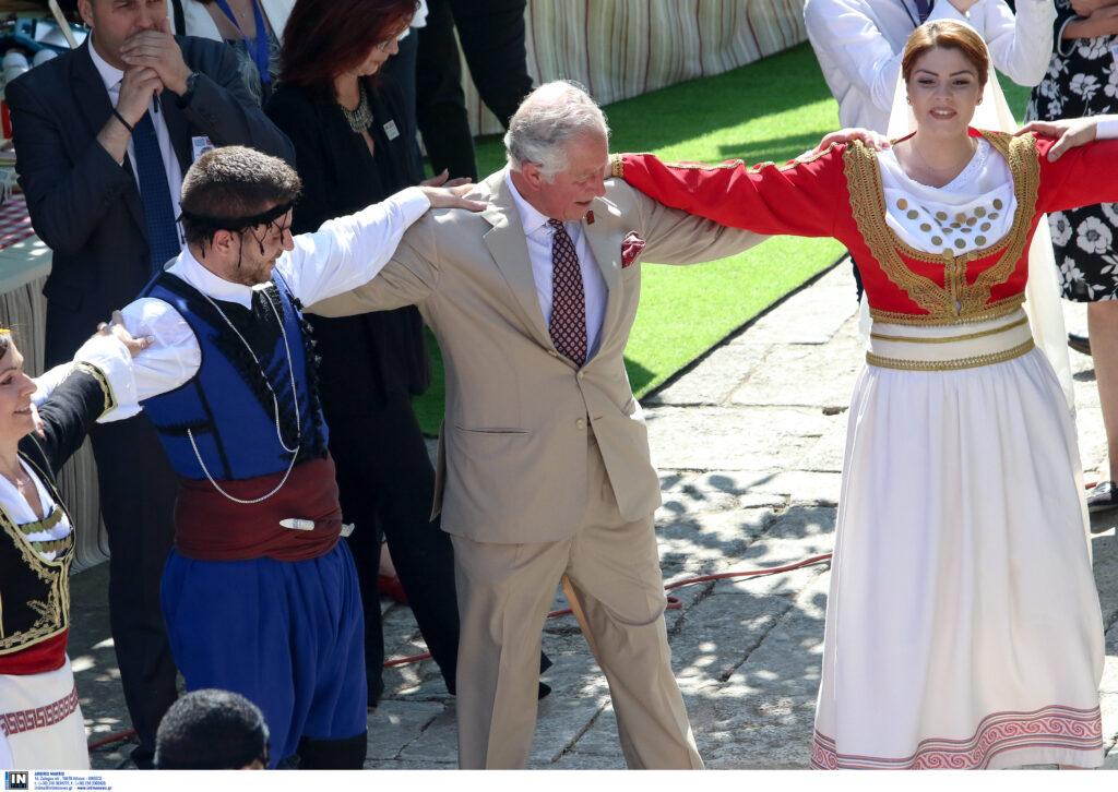 Κάρολος – Καμίλα χόρεψαν πεντοζάλη σε κρητικό γλέντι και αποθεώθηκαν (Photos – Video)