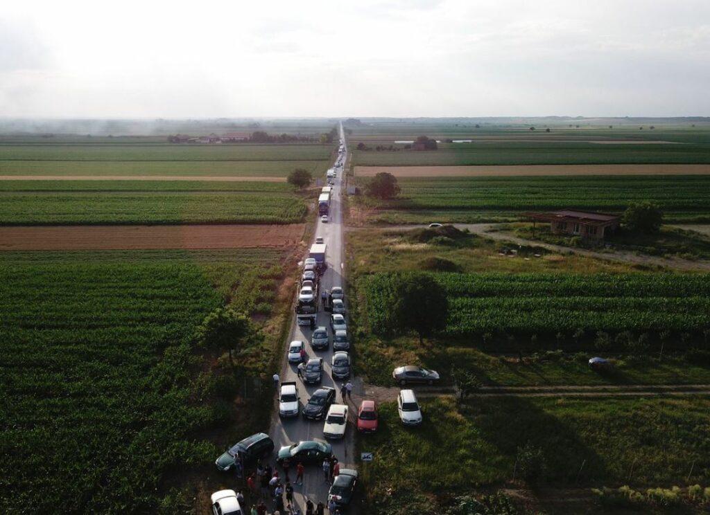 Με έναν… πρωτότυπο τρόπο διαμαρτύρονται οι Σέρβοι στην αύξηση των τιμών της βενζίνης (Photos)