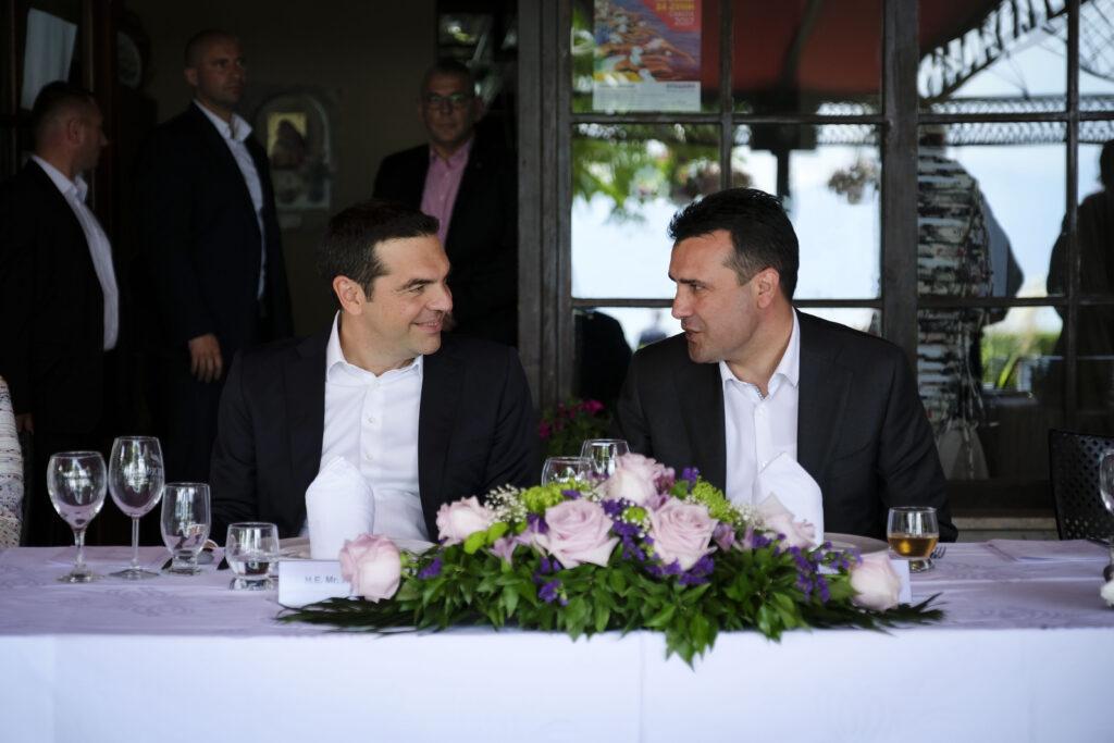Ο Τσίπρας συνομιλεί με τον Ζάεφ: «Zoran, do you know the region of Prespes;» (Video)