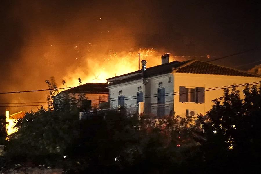 Ανεξέλεγκτη η πυρκαγιά στην Κεφαλονιά – Εκκενώθηκε ο οικισμός του Άνω Κατελειού