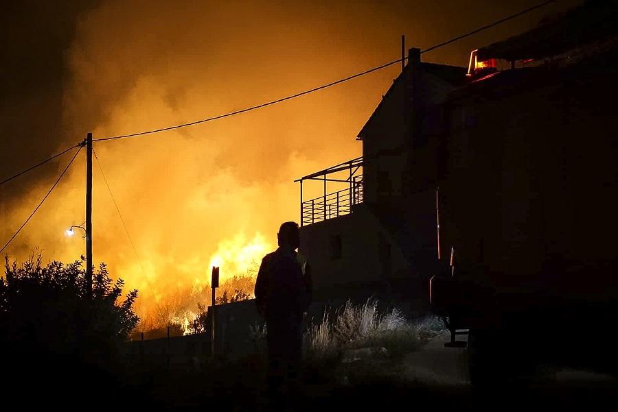Μάχη με τις φλόγες δόθηκε τη νύχτα στην Κεφαλονιά – Υπό μερικό έλεγχο τα πύρινα μέτωπα