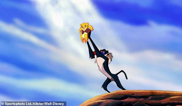 Σκηνή βγαλμένη από… ταινία: Πίθηκος κρατά το μωρό του ψηλά, όπως στο Lion King (Photo)