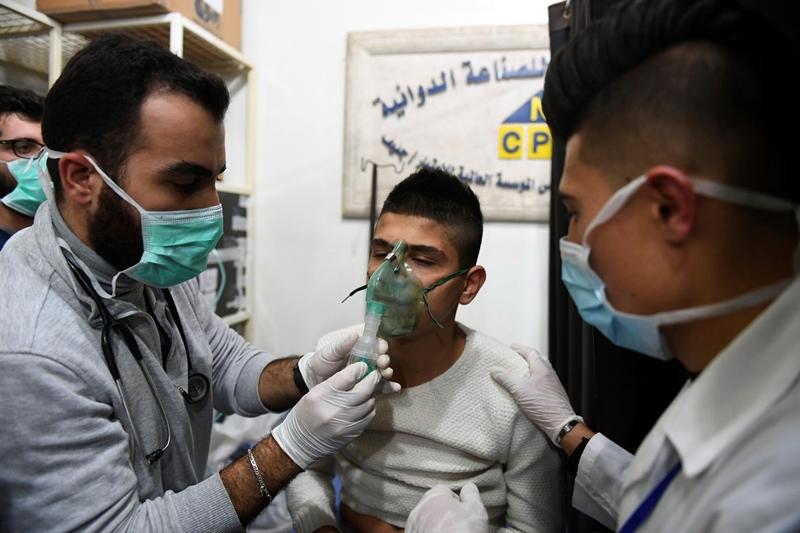 Συρία: Σε 107 ανέρχονται τα κρούσματα ασφυξίας από την επίθεση με «τοξικά αέρια» στο Χαλέπι