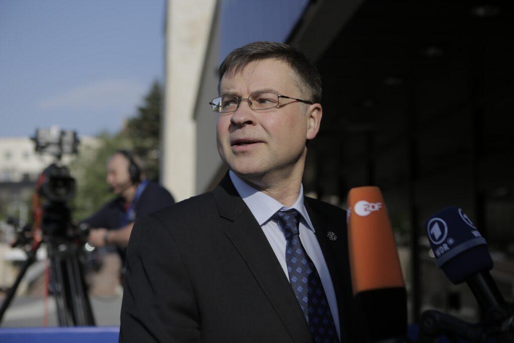 Ντομπρόβσκις: Η Ελλάδα θα πιάσει το στόχο του πλεονάσματος, δε θα χρειαστούν περικοπές στις συντάξεις
