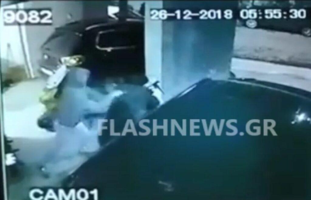 Χανιά: Καρέ – καρέ η επίθεση αγνώστου σε ανυποψίαστη φοιτήτρια τη στιγμή που έβγαινε από πολυκατοικία (Video)
