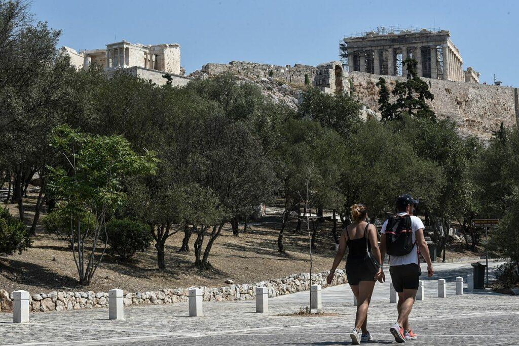 «Αιχμή» των New York Times για το άνοιγμα του τουρισμού: Το «στοίχημα» της Ελλάδας με «γεμάτα νοσοκομεία» και «ανεμβολίαστους»