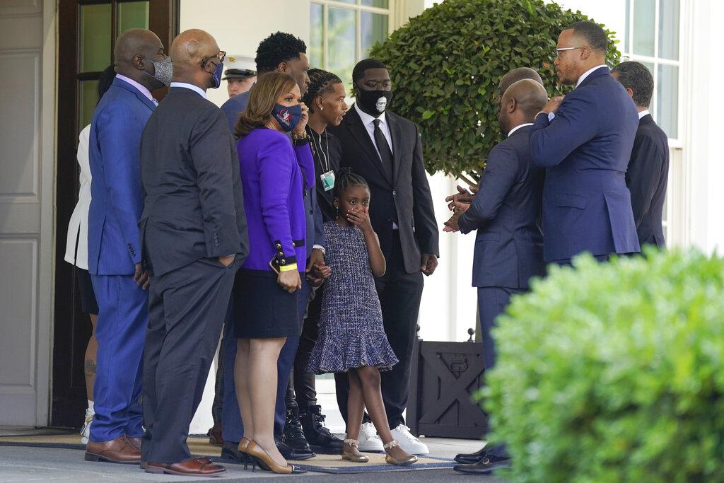 ΗΠΑ: Συνάντηση Μπάιντεν με την οικογένεια του Τζορτζ Φλόιντ – Ζητούν μεταρρυθμίσεις στην Αστυνομία