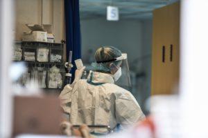Εκτός ελέγχου η πανδημία: 25 νεκροί, 380 διασωληνωμένοι, 4.165 κρούσματα