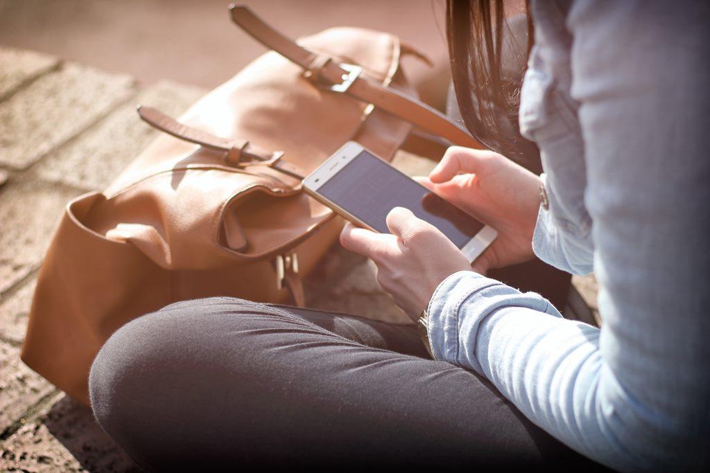 Κινητή τηλεφωνία: Τι αλλάζει στα συμβόλαια και τις χρεώσεις συνδρομητών