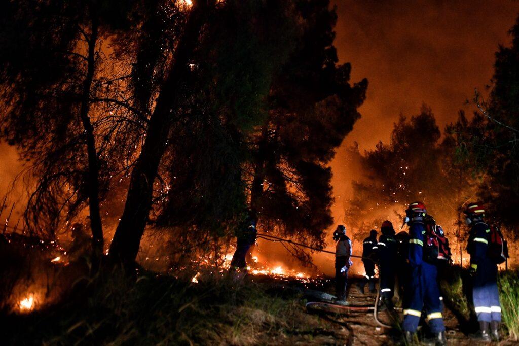 Φωτιά στα Γεράνεια Όρη: Συνεχείς οι αναζωπυρώσεις – Νέα ολονύχτια μάχη από την Πυροσβεστική (Photos)