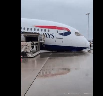 Βρετανία: «Κατέρρευσε» ξαφνικά το μπροστινό μέρος αεροπλάνου της British Airways (Video)
