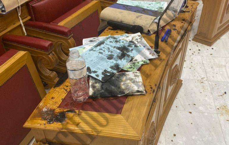 Μονή Πετράκη: Η αίθουσα συνεδριάσεων μετά την επίθεση με βιτριόλι (Photos)
