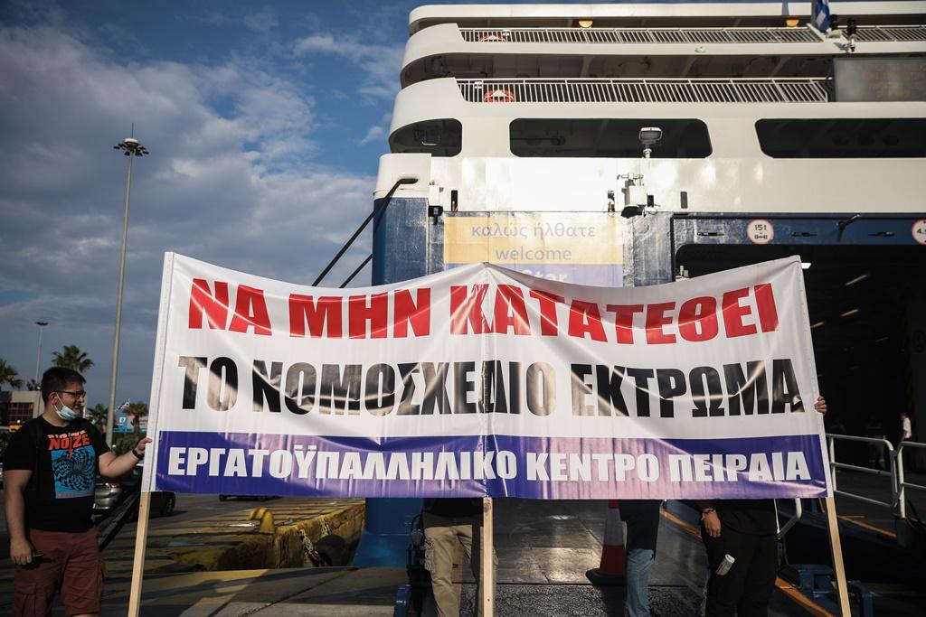 Απεργία: Στα λιμάνια δεμένα τα πλοία – «Καλά κάνουν την απεργία και μπράβο τους» (Video)