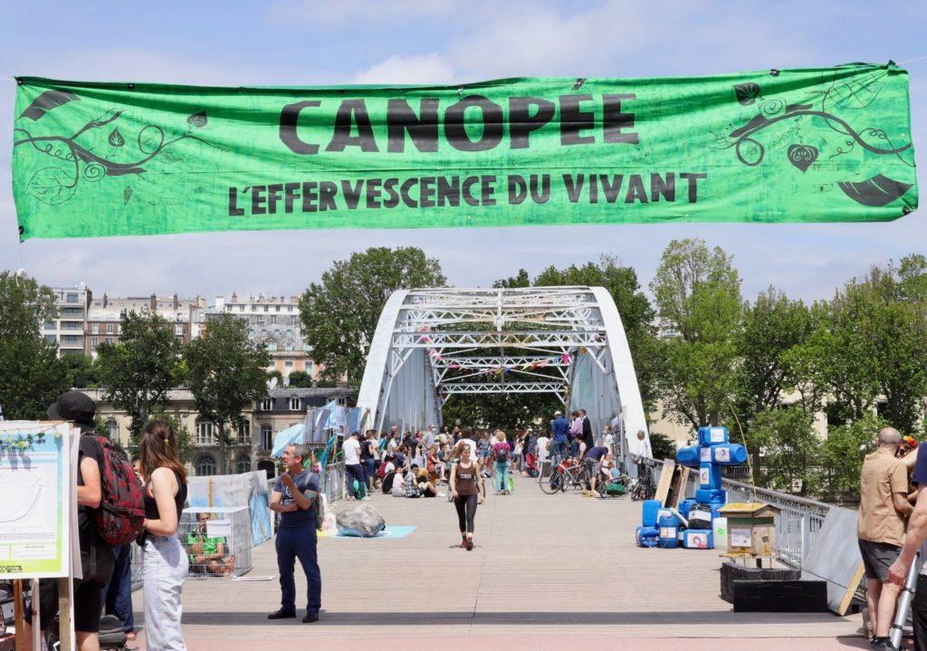Παρίσι: Ακτιβιστική δράση για το περιβάλλον στον Πύργο του Άιφελ (Photos/Video)