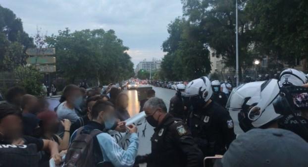 ΑΠΘ: Επίθεση αστυνομικών χωρίς διακριτικά σε συνεργάτη του Documento  (Videos) - Documento