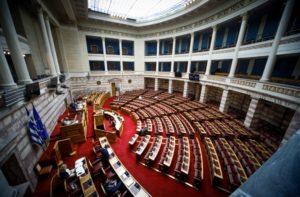 Απομονωμένη η κυβέρνηση: Απόσυρση του νέου ασφαλιστικού ζητά η αντιπολίτευση