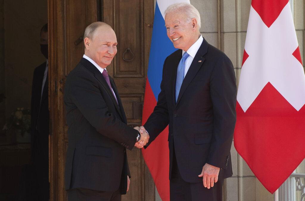 Χειραψίες Μπάιντεν – Πούτιν στη Γενεύη σε τεταμένο φόντο και με ακανθώδη θέματα συζητήσεων