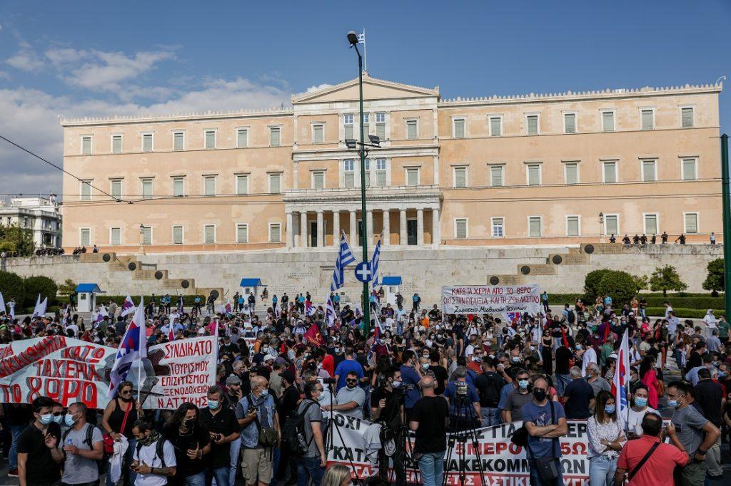 Ηχηρό «όχι» στο αντεργατικό νομοσχέδιο Χατζηδάκη – Μαζική η συγκέντρωση έξω από τη Βουλή (Photos)