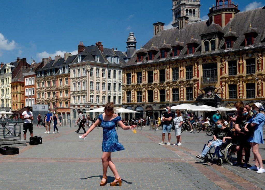 Γαλλία: Χαλαρώνουν οι περιορισμοί – Τέλος στην υποχρεωτική χρήση μάσκας σε εξωτερικούς χώρους