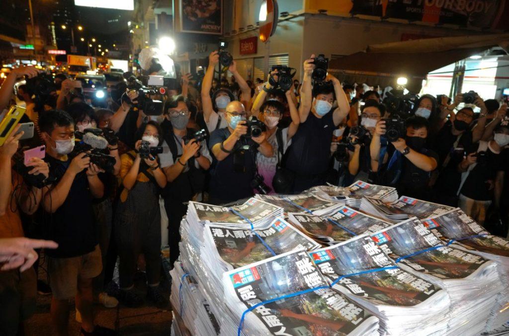 Χονγκ Κονγκ: Η Apple Daily ξεπούλησε την τελευταία της έκδοση
