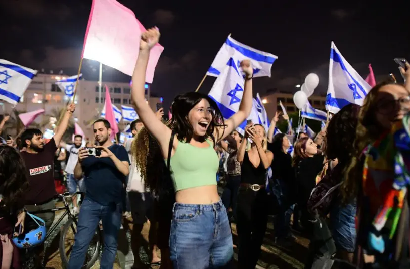 Ισραήλ: Χιλιάδες πολίτες γιόρτασαν το «τέλος» της πρωθυπουργίας Νετανιάχου (Photo/Video)