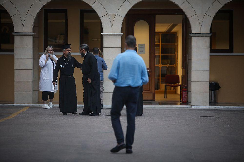Συγκλονιστικές μαρτυρίες: «Έλιωσαν τα ράσα μου» – «Βγήκαν οι ιερείς σχεδόν χωρίς ράσα» (Video)
