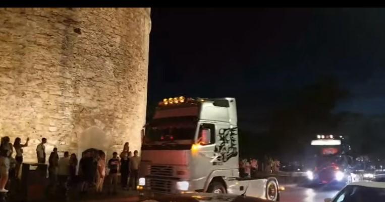 Θεσσαλονίκη: Γαμήλια πομπή από νταλίκες στο Λευκό Πύργο (video)